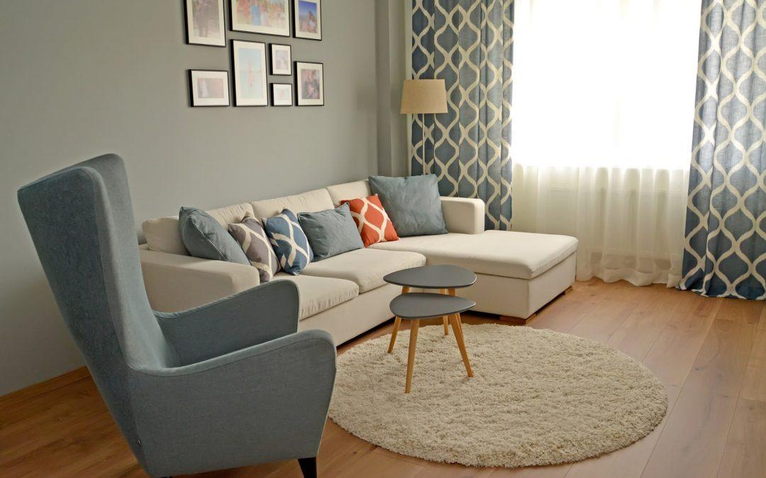 Dywany wełniane do salonu beżowy fotel i dywan